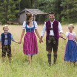 Familie Hand in Hand auf der Wiese