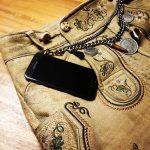Trachtenhose und Smartphone