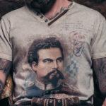 Mann trägt Trachtenshirt