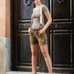 Damen posiert in Trachten vor einer Haustür