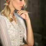Blonde Frau in geblümtem Dirndl und Blumen im Haar