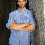 Mann in blauem Hemd