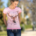 Frau mit Tshirt in Rosa und Hirschmotiv