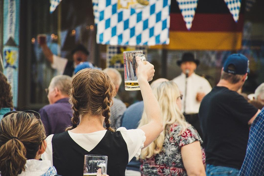 Frau auf dem Oktoberfest mit Bier in der Hand